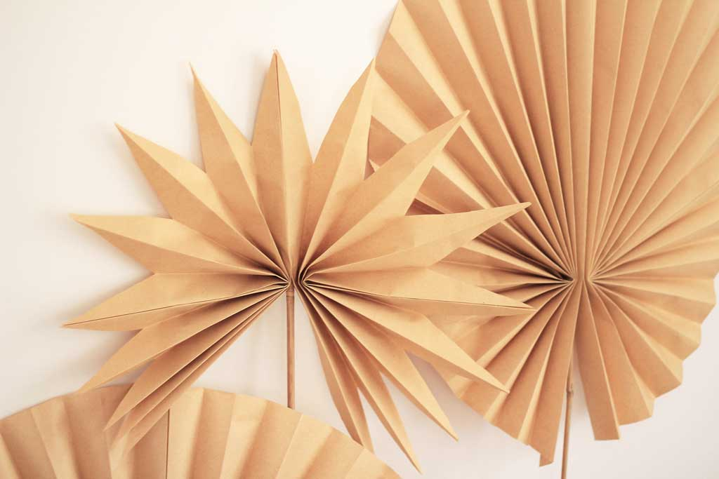 Make these Kraft paper palm frond decorations | Dossier Blog