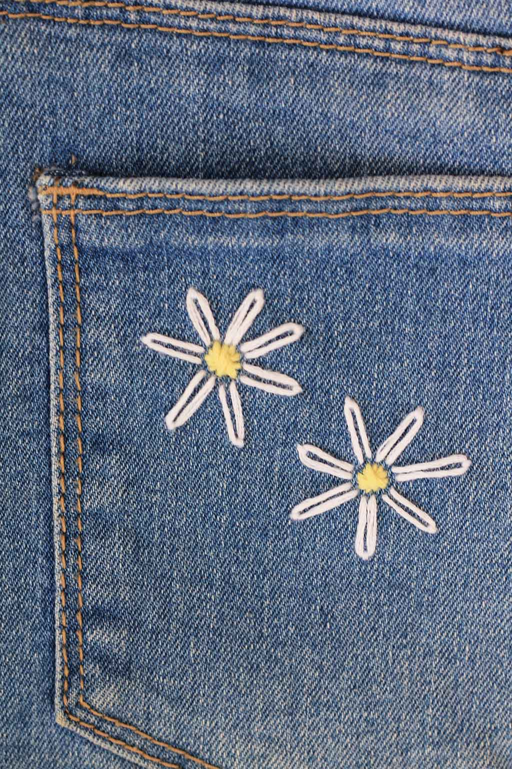 A simple daisy embroidery tutorial you can use on any fabric | Dossier Blog