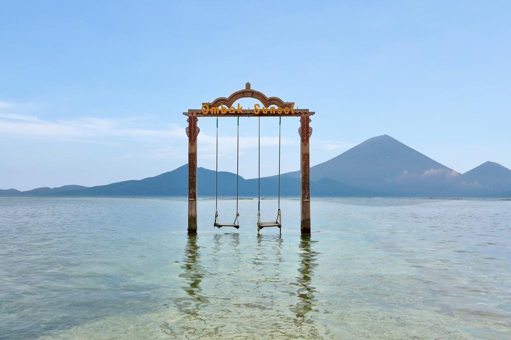 Overwater swings at Ombak Sunset resort, Gili Trawangan | Dossier Blog