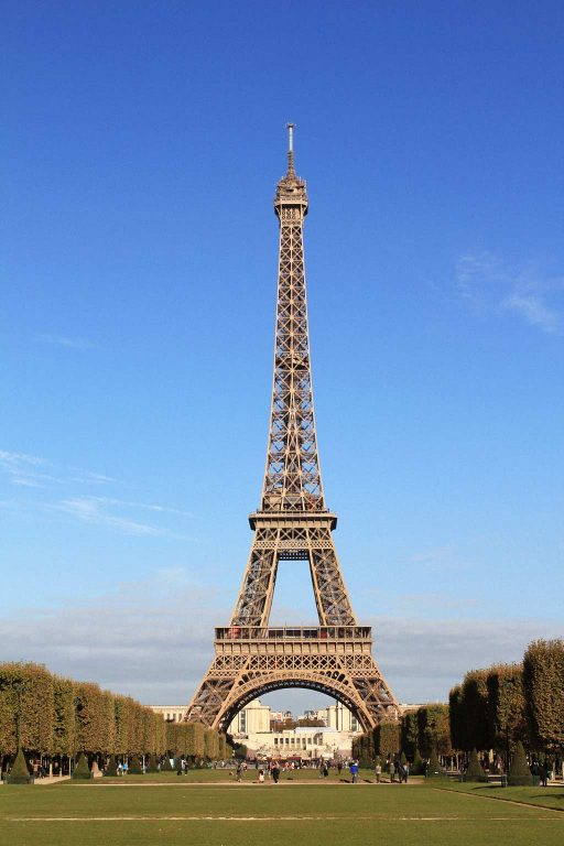 Parc du Champs de Mars is great for picnics in front of the Eiffel Tower | Dossier Blog
