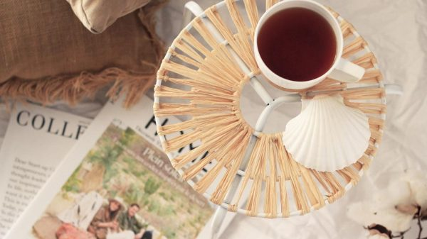 Its easy to use raffia to make a side table! Follow this tutorial | Dossier Blog