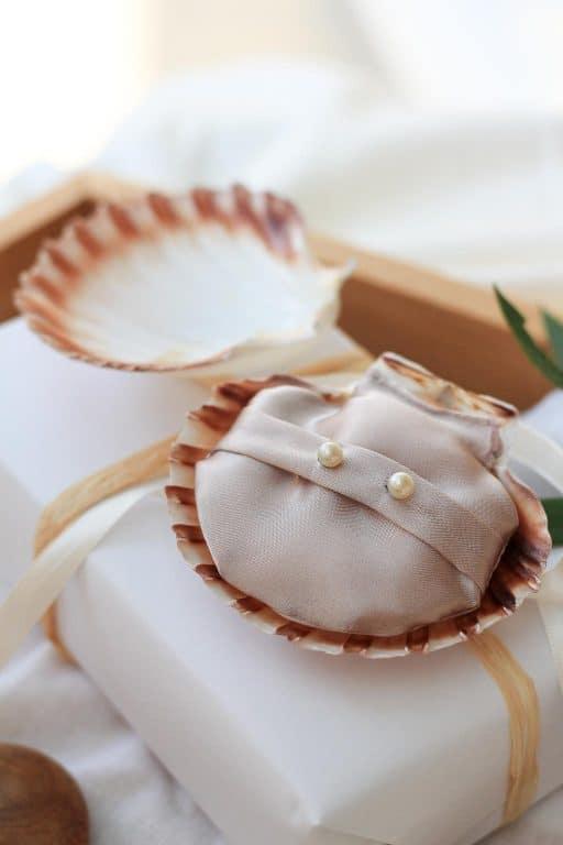 Shell earrings on shell cushion DIY   Dossier Blog