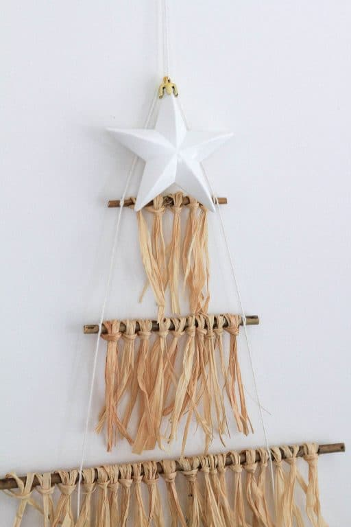 Make this boho Christmas tree out of raffia | Dossier Blog