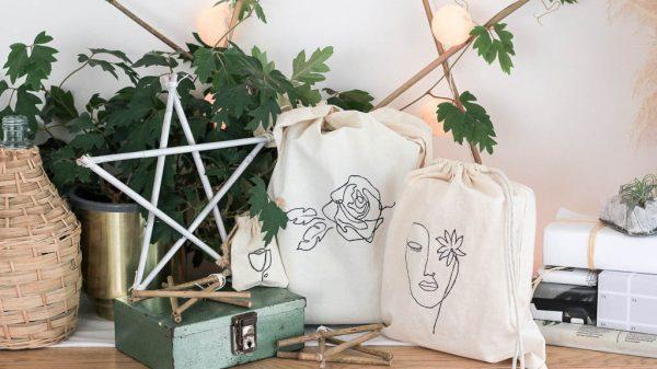 12 DIYs of Christmas: Canvas gift bag line art | Dossier Blog