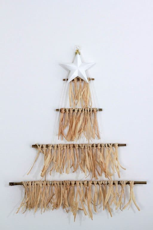 This DIY Christmas tree is space saving and easy to make! | Dossier Blog