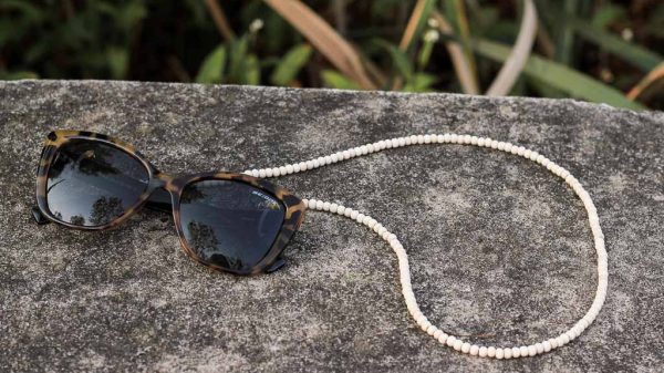 Make this wooden beaded sunglasses strap | Dossier Blog