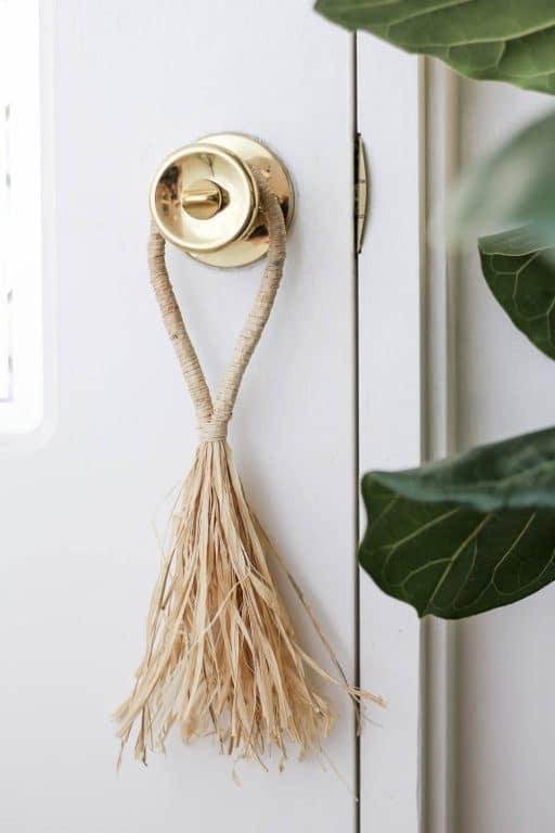 DIY Raffia tassel hanging on door handle | Dossier Blog