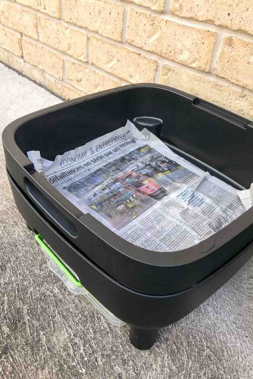 Line the base of the worm farm with newspaper | Dossier Blog