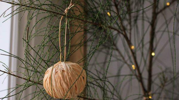 12 DIYs of Christmas raffia baubles | Dossier Blog